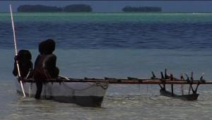 Jungen im Kanu vor Huene