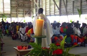 Vater John Bosco Kensie hält die Osterpredigt