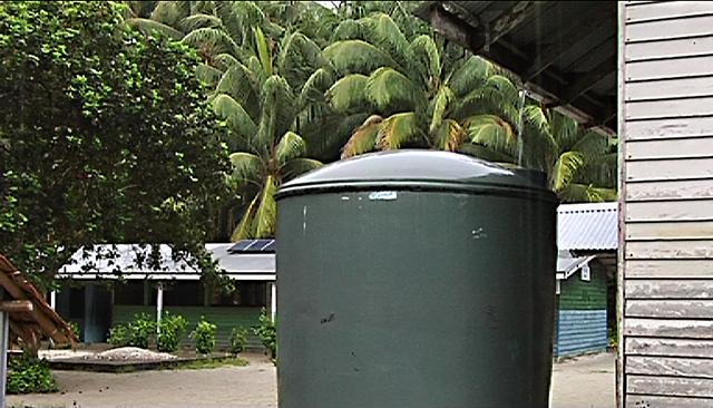 Wassertank auf Han, im Hintergrund die Schule
